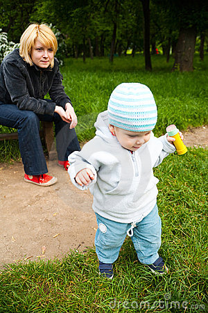 Lettende op baby in park