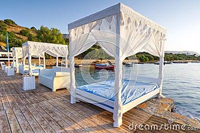 Letti bianchi sulla spiaggia pubblica di Creta