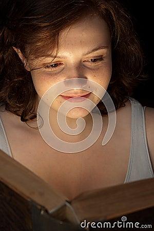 Lettura teenager attraente un libro