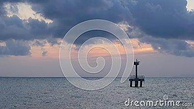 Leuchtturm auf See am Abend stock video