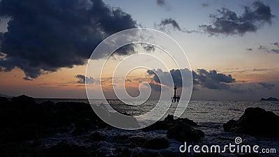Leuchtturm auf See am Abend stock footage