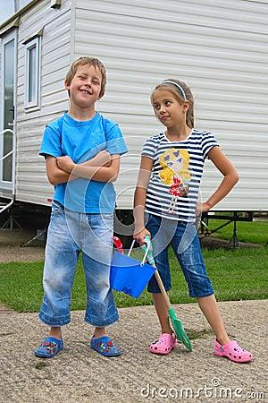 Leuk weinig jongen en meisje, die naar strand gaan