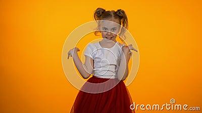 Leuk weinig prinses in rode rok die, meisje die model, droom beweren te zijn flirten stock videobeelden