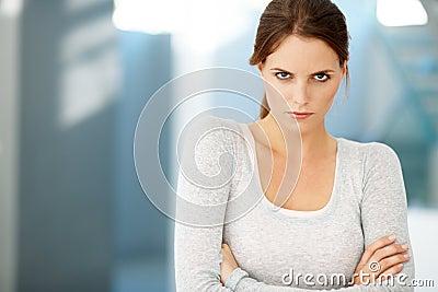 Leuke jonge vrouw die bij u in woede staart
