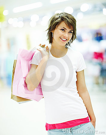 Leuke jonge vrouwenholding het winkelen zakken