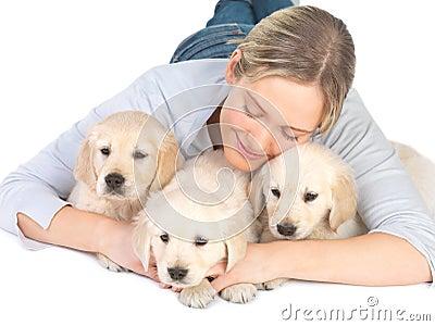 Leuke puppy en het jonge meisje koesteren