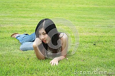 Leuke vrouw in het park