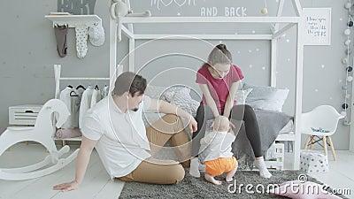 Leuke zuigeling die van tapijt thuis opstaan stock video