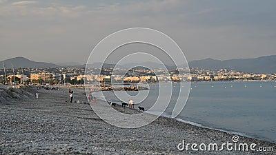 Leute auf dem populärsten Strand in Cagnes Sur Mer, Frankreich - Le Cigalon Plage - ein berühmter Strand in der Südseite von Fran stock video