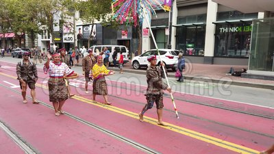 Leute bei Pistahan Parade and Festival in San Francisco Wandern in traditioneller Kleidung stock video footage