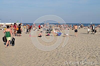 Leute, die auf dem Strand stillstehen Redaktionelles Stockbild