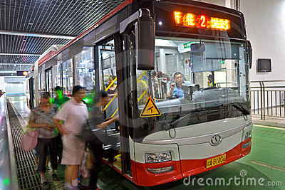 Leute durch Bus Redaktionelles Foto
