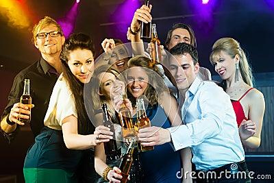 Leute in trinkendem Bier des Vereins oder der Bar
