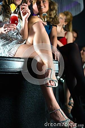 Leute in trinkenden Cocktails des Vereins oder der Bar