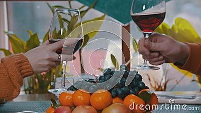 Levée et verres clinquants au restaurant clips vidéos