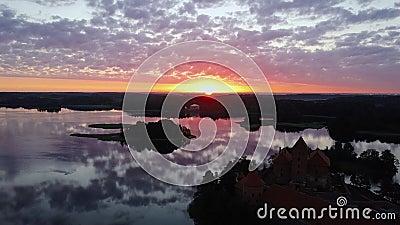 Levantamento de sol mágico no lago contra o pano de fundo de um castelo histórico filme