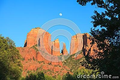 Lever de la lune de roche de cathédrale