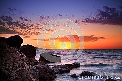 Lever de soleil au-dessus d horizon d océan