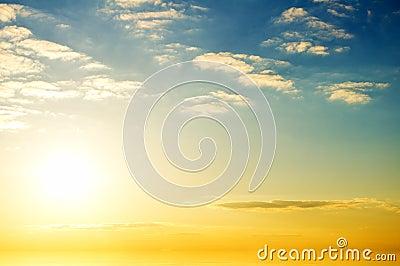Lever de soleil au-dessus d océan.
