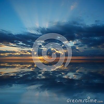 Lever de soleil au-dessus de l océan pacifique
