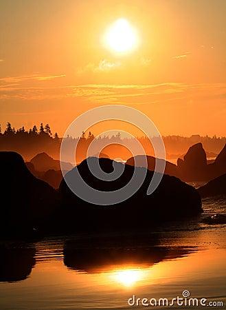 Lever de soleil au-dessus du point blanc