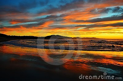 Lever de soleil coloré d océan à la plage de Nahoon