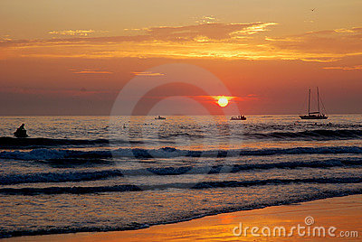 Lever de soleil coloré d océan