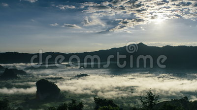 Lever de soleil de laps de temps beau Brume et Cloudscape au-dessus de la montagne banque de vidéos