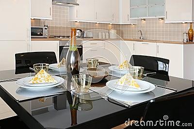 Lägenhet som äter middag den moderna öppna plantabellen