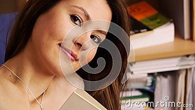 Libri Sorridenti Della Biblioteca Della Ragazza Stock Footage - Video: 36836829 - libri-sorridenti-della-biblioteca-della-ragazza-36836829