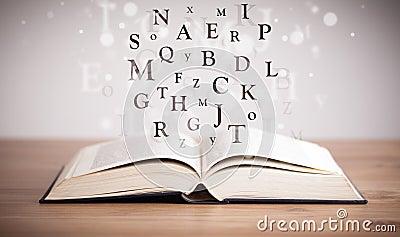 Libro Abierto Con Las Letras Del Vuelo Imagen de archivo