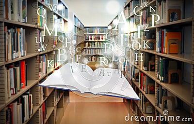 Libro de la biblioteca de la educación que flota con las cartas