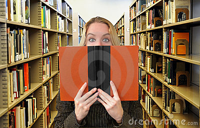 Libro de lectura de la mujer en biblioteca