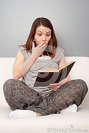Libro de lectura de la mujer joven