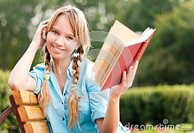 Libro de lectura joven hermoso de la muchacha del estudiante