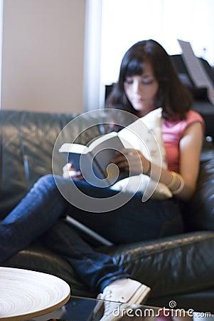 Libro di lettura della ragazza