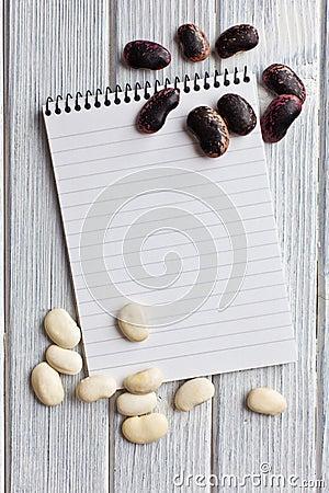 Libro en blanco de la receta con las habas