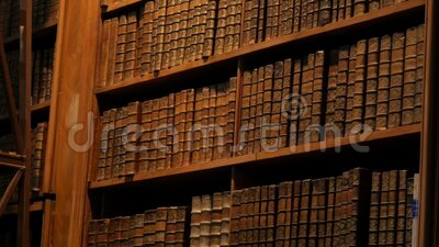 Libros añejos en estanterías de una antigua biblioteca Gran colección de libros antiguos y desconocidos almacen de metraje de vídeo