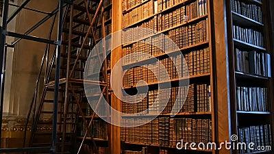 Libros añejos en estanterías de una antigua biblioteca Gran colección de libros antiguos y desconocidos metrajes