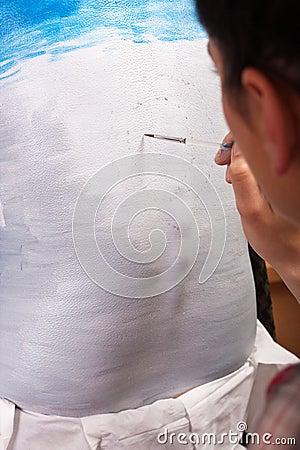 Lichaam-schilderende kunstenaar het schilderen op de rug van het meisje