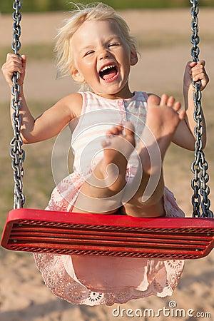 Śliczny małej dziewczynki chlanie