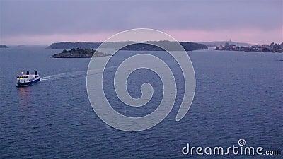 08.11.2019 Lidingo, Schweden: Foggy Morgengrauen auf See bildet ein bewegliches Kreuzfahrtschiff stock video