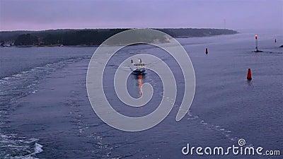 08.11.2019 Lidingo, Schweden: Foggy Morgengrauen auf See bildet ein bewegliches Kreuzfahrtschiff stock footage