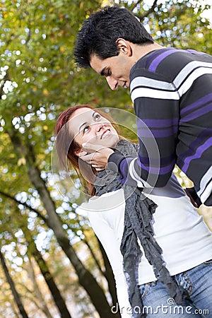 Liebe und Neigung zwischen einem jungen Paar
