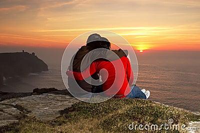Liebevolle Paare am Sonnenuntergang