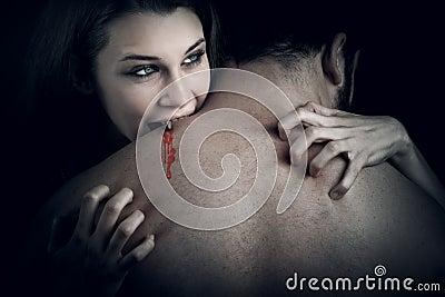 Liefde en bloed - vampiervrouw die haar minnaar bijt