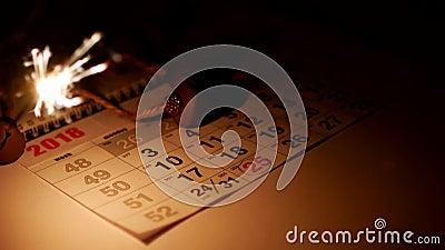 Liegt auf dem Tisch der Dezember-Kalender des neuen Jahres und die Bengal-Feuerbrände, eine Hand zeichnet einen roten Bleistift i stock footage