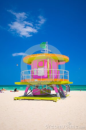 Free Lifeguard Tower In A Colorful Art Deco Style, With Blue Sky And Atlantic Ocean In The Background. World Famous Travel Location. So Stock Photos - 115549263