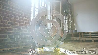 lifestyle El retrato de una muchacha adolescente rubia atractiva en guardapolvos del dril de algodón con el pelo largo se está se almacen de metraje de vídeo