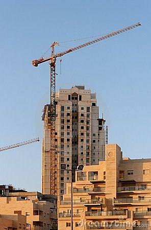 Lifting crane and building under construction